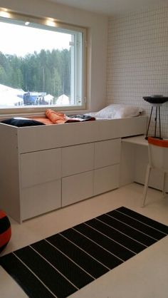Lastenhuoneen sänky säilytyslaatikoilla ja tapetti. Small Space Design, Small Space Living, Small Spaces, Small Teen Room, Small Bedroom Wardrobe, Platform Beds, Koti, Bed Ideas, My Room
