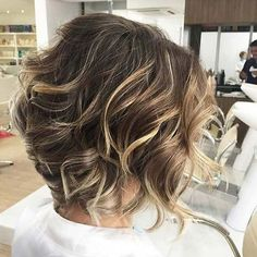 Balayage Ideas for Short Hair - Caramel and Blonde Highlights - Tips, Tricks, And Ideas for Balayage Hairstyles You Can Do At Home And For Short And Very Short Hair. DIY Balayage Hair Styles That Cost Way Less. Try The Pixie Balayage Hairdo For Blonde Or Dark Brunette Hair. Use Caramel, Red, Brown, And Black Colors With Your Undercut And Balayage Haircut. Get Beautiful Looks With Purple, Grey, Honey, And Burgundy. Try An Ombre With Bangs For Your Medium Length Hair Or Your Super Short Hair…