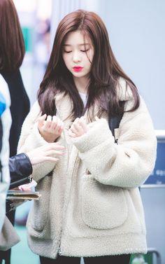 she looks so cozy 🥺 Kpop Girl Groups, Korean Girl Groups, Kpop Girls, Yu Jin, Japanese Girl Group, Kim Min, Korean Model, Korean Beauty, Sweet Girls