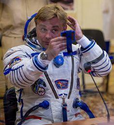 ¿Los astronautas se divierten en el espacio? A veces ríen como niños, otras 'vuelan' en la Estación Espacial, festejan sus cumpleaños o cuidan el cabello tras usar el traje espacial.