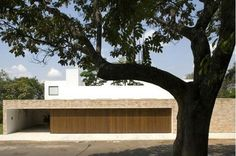Brasília: Isay Weinfeld. Fachada Branca com Madeira e Tijolinhos
