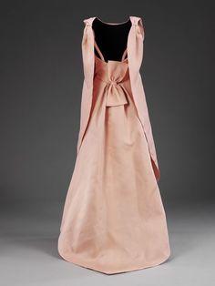 Evening dress (back)   Cristóbal Balenciaga, gazar silk with lace. Ca. 1960
