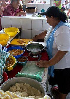 Empanadera en plena faena en el Mercado de Conejeros. Porlamar, Isla de Margarita #Venezuela
