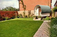Modern house with restored caravan | Contemporary gardens | Oxford Garden Design