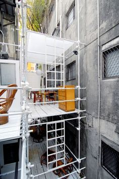 Arcadia in the Back Alley - Huang Chi-Teng Photography Meget spændende in-fill… Space Architecture, Contemporary Architecture, Parasitic Architecture, Lofts, Temporary Structures, Scaffolding, Water Pipes, Urban Design, Facade