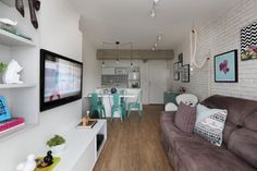 09-neste-apartamento-pequeno-o-tijolinho-da-cara-de-loft-aos-ambientes