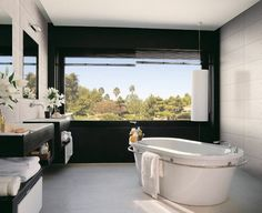 salle de bain avec peinture noire et meuble suspendu avec rangement ouvert
