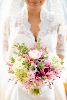 Um bouquet lindo e romântico em tons de rosa e verde, com folhas de alecrim, usado em um casamento de dia na fazenda. Buquê: Fábio Borgatto e Telma Hayashi | Foto: Rejane Wolff