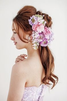 ドレスにリンクさせたラベンダーカラーの花でスウィートに!/Side|ヘアメイクカタログ|ザ・ウエディング