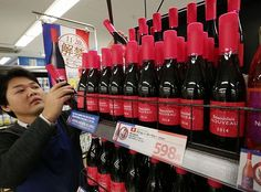 2014年のワインの新酒ボージョレ・ヌーボーが解禁を迎え、店頭に多くの商品が並んだ。少々高価な、こだわりのある商品が増えている=19日午後、東京都北区の西友赤羽店 ▼20Nov2014時事通信|ボージョレ、解禁=こだわりの高級品が人気 http://www.jiji.com/jc/zc?k=201411/2014111900710 #Seiyu_Akabane_Tokyo #Beaujolais_nouveau