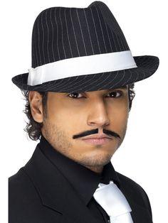 20-luvun trilbyhattu. Liituraitakuosinen trilbyhattu on taattua 20-luvun tyyliä. Hatun tyylin kruunaa tyylikäs valkoinen nauha hatun ympärillä.