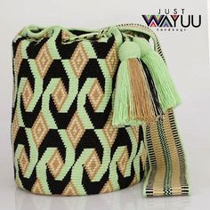 No photo description available. Tapestry Bag, Tapestry Crochet, Mochila Crochet, Boho Bags, Bead Loom Patterns, Beaded Bags, How To Make Handbags, Bargello, Knitted Bags