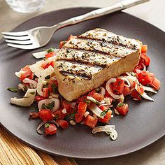 Tuscan Tuna with Tomato Salad. Discover our recipe rated by 5 members. Tomato Salad Recipes, Tuna Recipes, Seafood Recipes, Cooking Recipes, Healthy Recipes, Healthy Meals, Cooking Tips, Grilled Potato Packets, Grilled Tuna Steaks
