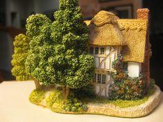 Amazon.com - Camomile Lawn Lilliput Lane - Collectible Buildings