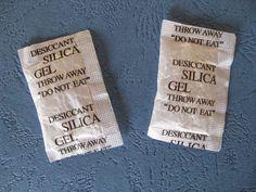 Εσείς πετάτε τα μικρά σακουλάκια αφυγραντικών (silica gel) από τις τσέπες των ρούχων ή τα κουτιά παπουτσιών;      Ναι;;;  Ξανασκεφτείτε το! Οι περισσότεροι φοβόμαστε να τα πιάσουμε καν, αλλά κανονικά θα έπρεπε να τα μαζεύουμε και να τα