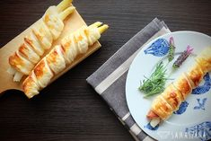Asparagus is obligatory on the spring table. They can be used to prepare grated, soup-creams, casseroles or served with egg or breadcrumbs. A light version of white asparagus in French pastry with Black Forest ham will also be perfect.