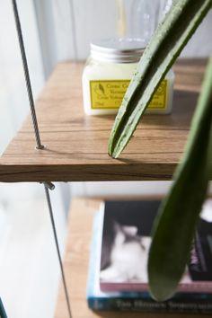 Buji | Estante feita com prateleiras de MDF e cabo de aço traz mais funcionalidade e leveza ao cantinho da sala de banho
