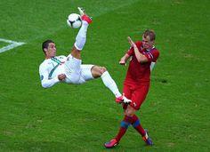 De Portugese wereldster Cristiano Ronaldo maakt een omhaal op het EK tegen Tsjechië. © getty