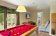 Prototype ontspanningsruimte in Center Parcs Woburn Forest UK Pool Table Dining Table, Pool Tables, Buy A Pool, Pool Table Covers, Wall Clips, Modern Lodge, Family Dining Rooms, Under The Table, Light Oak