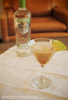 Fill shaker with ice. Add SMIRNOFF® Green Apple Flavored Vodka and apple juice. Strain into a chilled martini glass. Vodka Drinks, Alcoholic Beverages, Party Drinks, Cocktail Drinks, Vodka And Apple Juice, Smirnoff Green Apple, Hey Bartender, Beach Drinks, Dessert