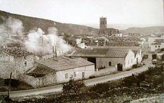 La industria del mimbre fue el motor de la economía pricense durante gran parte de la segunda mitad del siglo XX. En la foto se aprecia el humo producido por la cocción del mimbre para su posterior pelado y empaquetado o gavillado.