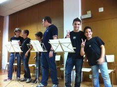El alumnes de Llenguatge Musical de la professora Míriam Cueves Pastor preparant-se per l'audició (15-6-2012). Els que saluden, Josep i Juanvi.