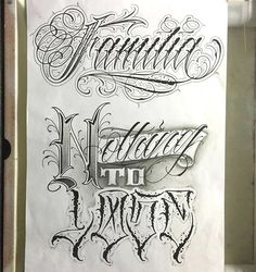 se puede poner un tipo pergamino para mejor presentacion Tattoo Family Tattoo Lettering Styles, Chicano Lettering, Tattoo Design Drawings, Graffiti Lettering, Lettering Design, Hand Lettering, Text Tattoo, Tattoo Script, Tattoo Fonts