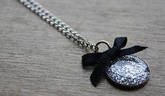 Tuto pour réaliser un pendentif en résine pailletée : http://www.madmoizelle.com/tuto-pendentif-resine-paillettes-139121