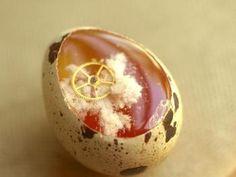 卵の中に、凍り付いた歯車…。見ていると不思議な気分にさせられます。