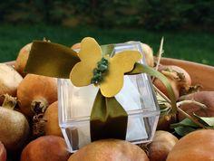 κουτί μπομπονιέρα με χειροποίητη πεταλούδα δεμένη με ημιπολύτιμους λίθους