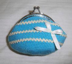 monedero turquesa combinado con beige tejido a crochet a punto bajo