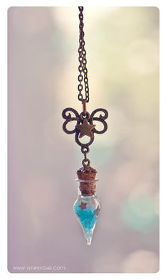 BRILLA EN LA OSCURIDAD! Un collar de botella de cristal pequeña hecha a mano con fritas de vidrio resplandor y brillo estrellas dentro. :) Brilla en