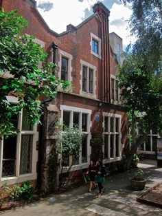 Toynbee Hall Cambridge College, Open On Christmas, East End London, Internal Courtyard, Social Housing, Brick Lane, Life Design, Old Houses, Facade