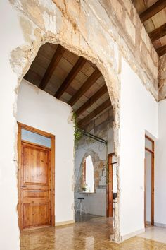 miquel 19 Palma Mallorca by Carles Oliver 06 Spanish Style Homes, Spanish House, Sustainable Architecture, Interior Architecture, Concrete Architecture, Spanish Architecture, Journal Du Design, Distressed Walls, Modern Door