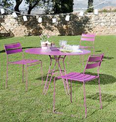 Vrolijk je tuin wat op met de Portofino stoelen van Isi Mar. Zoveel leuke kleuren! www.gewoonstijl.nl