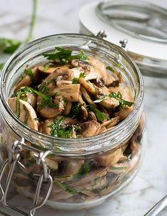 Ciupercile marinate cu pătrunjel au un gust nemaipomenit și însoțesc, cu precădere, mâncărurile gătite pentru cină. Ciupercile marinate cu pătrunjel se prepară ușor, cu ingrediente sănătoase și se pot consuma chiar începând cu ziua următoare. Ingrediente pentru ciuperci marinate cu pătrunjel: 450 g ciuperci Champignon proaspete 4 linguri ulei de măsline extravirgin 2 linguri oțet de […] Citeste articolul complet AICI -> Ciuperci marinate cu pătrunjel - YVE.ro.