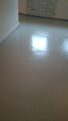 die erste Schicht Bodenausgleichsmasse, noch leicht zu erkennen auf dem Bildern dass der Boden noch nicht ganz glatt ist