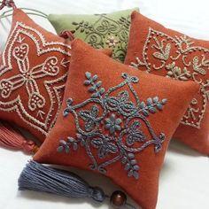 Нескучайка- вышивка, схемы, вязание, креатив. Cushion Embroidery, Diy Embroidery, Cross Stitch Embroidery, Machine Embroidery, Crochet Cushions, Sewing Pillows, Pin Cushions, Hand Embroidery Designs, Embroidery Patterns