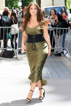 Lovely look: Ashley Graham sure made her mossy green dress work hard on Tuesday Looks Plus Size, Look Plus, Plus Size Model, Ashley Graham Outfits, Ashley Graham Style, Ashley Graham Photos, Curvy Women Fashion, Plus Size Fashion, Fashion Week