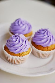 """Levandulové cupcakes s medem a """"říkejte mi mediální hvězdo"""" podruhé Lavender Cupcakes, Cake Boss, Mini Cupcakes, Desserts, Food, Wedding Ideas, Tailgate Desserts, Deserts, Essen"""