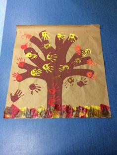 Arbol con manos pintadas y papel de seda