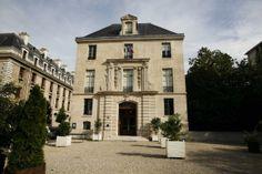 Bibliothèque de l'Arsenal Monuments, Arsenal, France, Mansions, House Styles, Home Decor, Breezeway, Gym, City Office