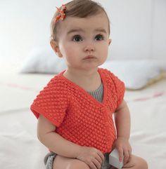 On craque pour le joli point d'astrakan. Ce modèle se tricote en 1 seule pièce en 'Laine DETENTE ', coloris écarlate.  Modèle tricot n°02 du Catalogue N°108 : Layette, spécial expertes - Printemps/été 2014