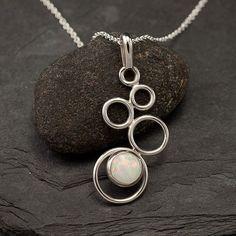Este collar de plata esterlina fue diseñado como una gradación de los círculos de pequeño a grande. El collar se acentúa con una 8mm lab opal piedras preciosas (también disponible con ónix negro, blanco perla o turquesa). Este colgante es sorprendentemente ligero y las cascadas de bellamente desde el cuello. El colgante viene en una cadena de plata de 16 o 18. El collar llegará envuelto e incluye un paño de pulido de joyería. Envío doméstico incluye confirmación de entrega con seguimiento…