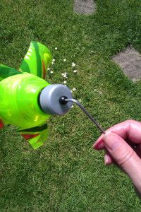 DIY garden windmill from a plastic bottle – The sock garden Windmill Diy, Garden Windmill, Plastic Milk Bottles, Plastic Bottle Crafts, Recycled Yard Art, Recycled Crafts, Diy Wind Chimes, Pet Bottle, Windmills