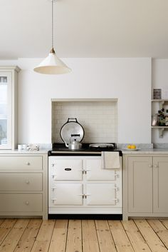 A Shaker kitchen that is so simple and light and airy, it has a real Scandinavia. A Shaker kitchen Devol Kitchens, Shaker Style Kitchens, Shaker Kitchen, Home Kitchens, Kitchen Stove, New Kitchen, Kitchen Dining, Kitchen Lamps, Kitchen Lighting