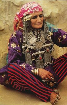 Portrait of an elderly Bedouin woman wearing traditional clothes and jewelry, Yemen Costume Ethnique, Ethnic Dress, Tribal Dress, Folk Costume, Costumes, World Cultures, Ethnic Fashion, Uni Fashion, People Around The World