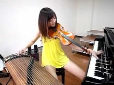 Asiática Tocando Tres Instrumento a la Vez (Impresionante)