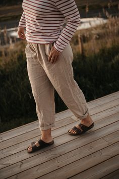 Sines trousers are made in a super fresh linen fabric, high waist with side pockets and tapered legs. With front pleats for a more comfortable fitting. Linen Fabric, High Waist, Capri Pants, Trousers, Pockets, Sun, Fresh, Legs, How To Make