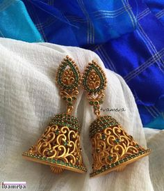 Jewelry Earrings Wedding earrings for brides - Looking for wedding earrings designs? Here are our picks of 21 best wedding earrings designs and where you can shop them online! Gold Jhumka Earrings, Indian Jewelry Earrings, Jewelry Design Earrings, Gold Earrings Designs, Gold Jewellery Design, Antique Earrings, Pendant Jewelry, Bridal Jewelry, Gold Jewelry